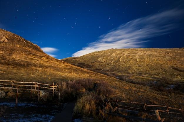Niski kąt ujęcia zapierającej dech w piersiach górskiej scenerii pod czystym niebem w stanie utah
