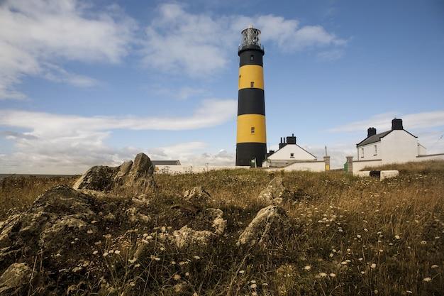 Niski kąt ujęcie latarni morskiej st john's point w killough nad zatoką dundrum w irlandii północnej