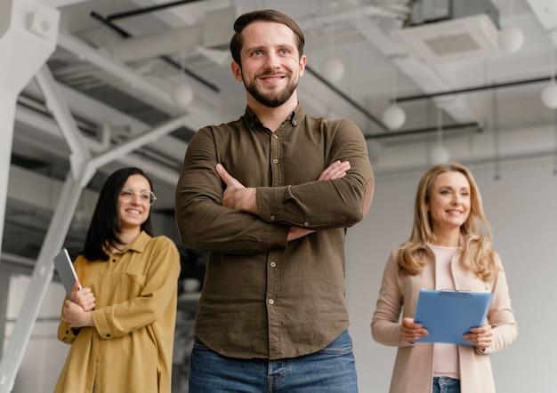 Niski kąt uśmiechnięci ludzie biznesu pozowanie