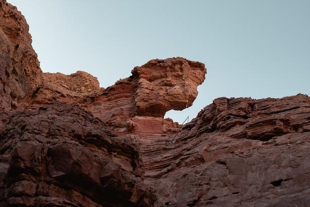 Niski kąt widok na piękne skaliste klify na pustyni uchwycone w słoneczny dzień