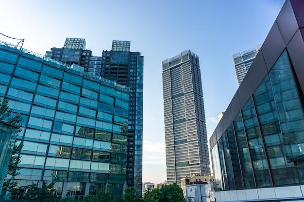Niski kąt widzenia budynków biznesowych w szanghaju w chinach