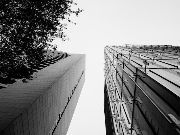 Niski kąt widzenia budynku w budowie