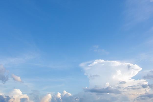 Niski kąt widzenia chmur w niebie