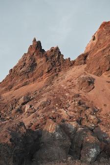 Niski kąt widzenia formacji skalnych na tle nieba na pustyni