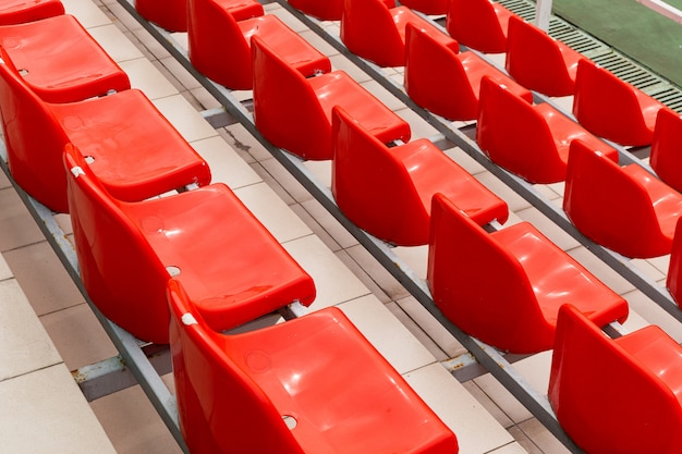 Niski kąt widzenia fotela widowiskowego z pomarańczowym obiektem elektrycznym w odnowionym obiekcie sportowym.