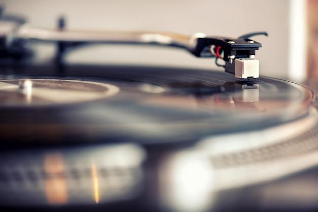 Niski kąt widzenia igły na płycie gramofonowej