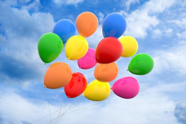 Niski kąt widzenia kolorowych balonów pod pochmurnym niebem w ciągu dnia