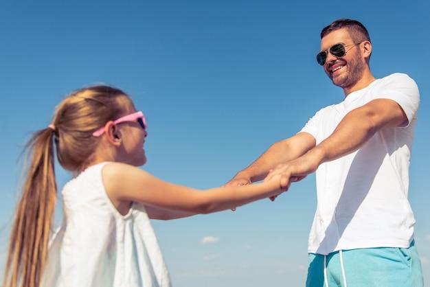 Niski kąt widzenia młodego taty i jego cute córeczkę.