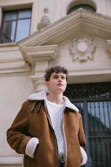 Niski kąt widzenia młody człowiek w kurtce