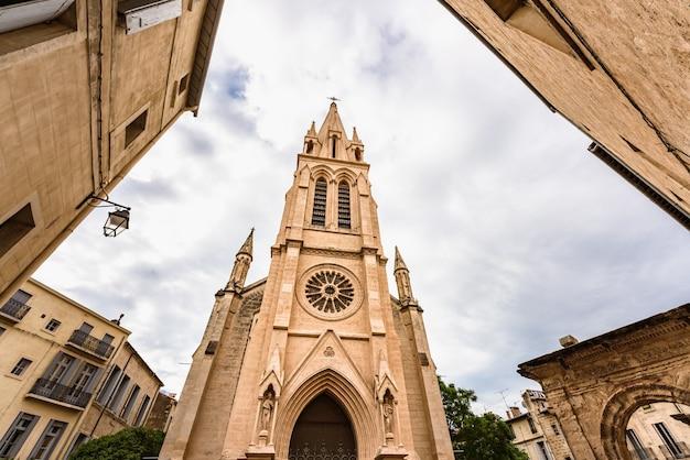 Niski kąt widzenia neogotyckiego kościoła znanego jako carr de sainteanne w montpellier