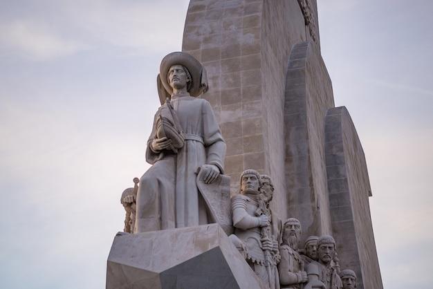 Niski kąt widzenia posągów na pomniku odkrywców w lizbonie w portugalii