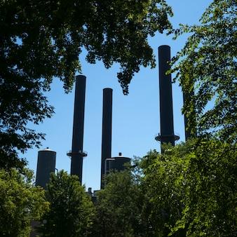Niski kąt widzenia przemysłowych smokestacks, minneapolis, hrabstwo hennepin, minnesota, usa