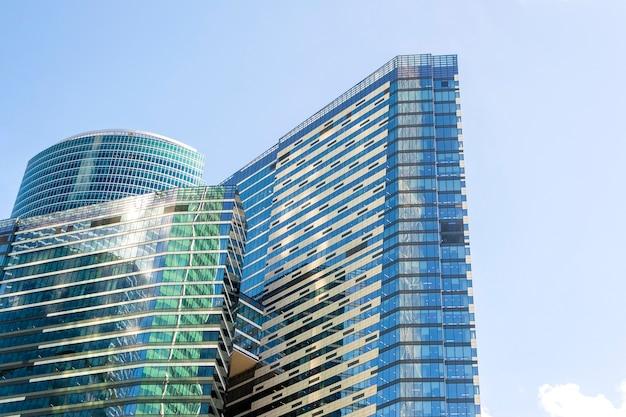 Niski kąt widzenia wieżowców moscow city, rosja