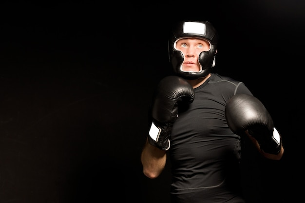 Niski kąt widzenia zdeterminowanego młodego boksera