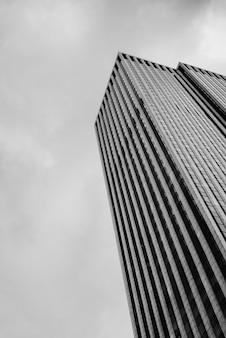 Niski kąt wieżowiec z pochmurnego nieba