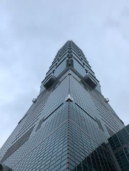 Niski kąt wieży taipei 101 w nowoczesnej dzielnicy handlowej xinyi w pochmurny dzień