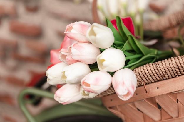 Niski kąt wiosennych tulipanów w koszyku