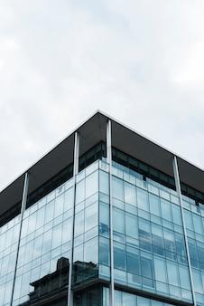 Niski kąt wysoki budynek z wieloma oknami