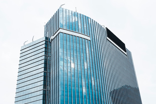 Niski kąt wysoki szklany budynek zaprojektowany