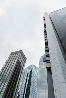 Niski kąt wysokich budynków widok