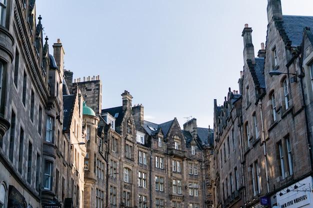 Niski kąt wysokie budynki w edynburgu w centrum miasta w szkocji