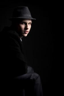 Niski klucz shot of młody człowiek w kapeluszu