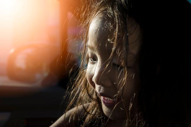 Niski kluczowy wizerunek małej dziewczynki uśmiechy