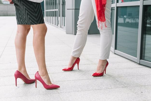 Niski przekrój widok dwóch kobiet stóp na wysokich obcasach