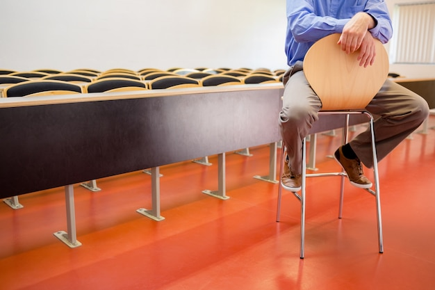 Niski punkt nauczyciela na krześle w sali wykładowej