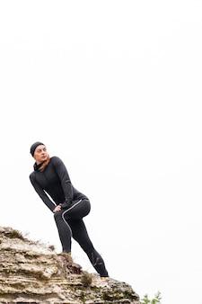 Niski sportowy kobiecy jogger w świetle dziennym