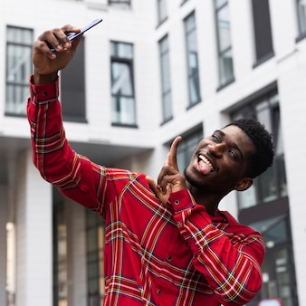 Niski widok człowieka przy selfie