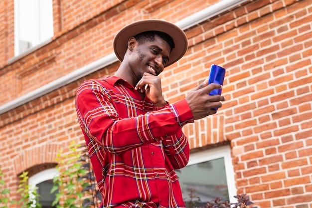 Niski widok człowieka za pomocą swojego telefonu
