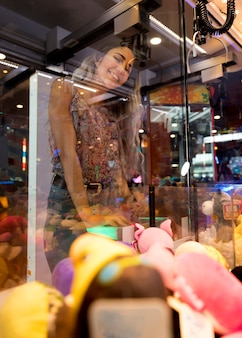 Niski widok kobiety gra automat arcade