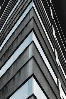 Niski widok nowoczesnych wieżowców budynków biurowych
