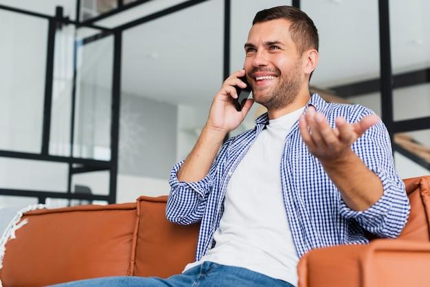Niski widok strzał człowieka rozmawia przez telefon