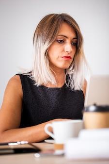 Niskiego kąta kobieta przy biurowym działaniem