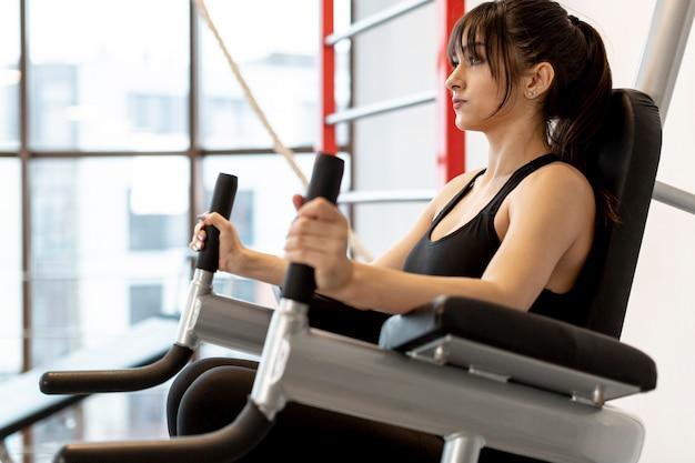 Niskiego kąta kobieta przy gym ćwiczyć