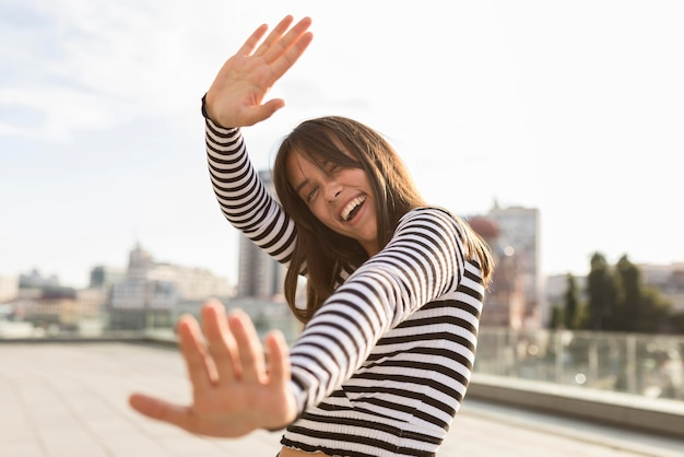 Niskiego kąta smiley kobieta ma zabawę podczas gdy pozujący