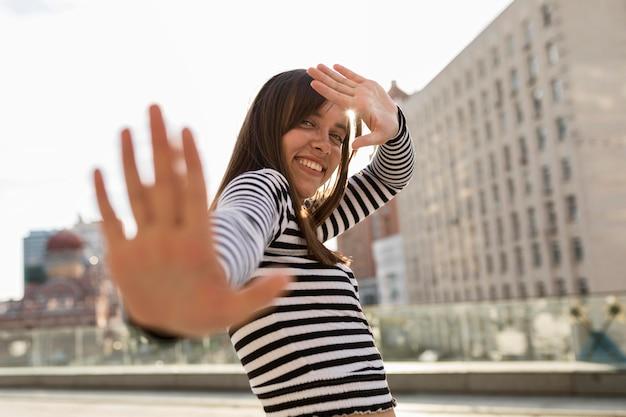 Niskiego kąta smiley kobieta pozuje outside