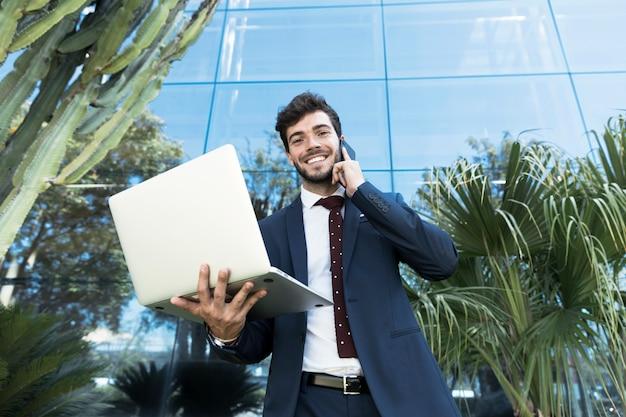 Niskiego kąta smiley prawnik patrzeje kamerę
