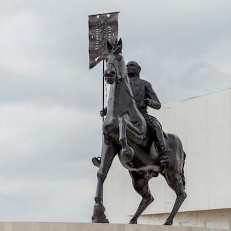 Niskiego kąta widok equestrian statua, los olivos, dolores hidalgo, guanajuato, meksyk