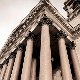 Niskiego kąta widok kolumnada świątobliwa isaac katedra, st petersburg, rosja