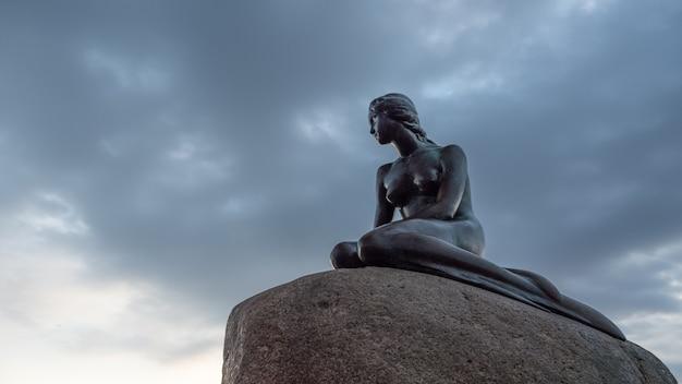 Niskiego kąta widok mała syrenki statua w dani