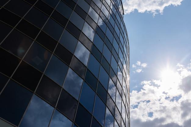 Niskiego kąta widok nowożytna szklana budynek fasada w śródmieściu