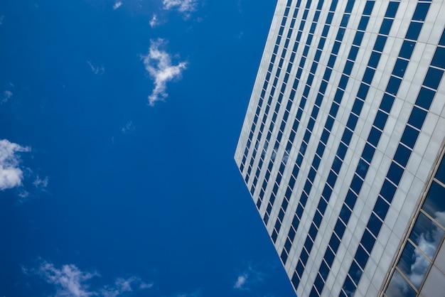 Niskiego kąta widok nowożytny budynek biurowy przeciw niebu, minneapolis, hennepin okręg administracyjny, minnesota, usa