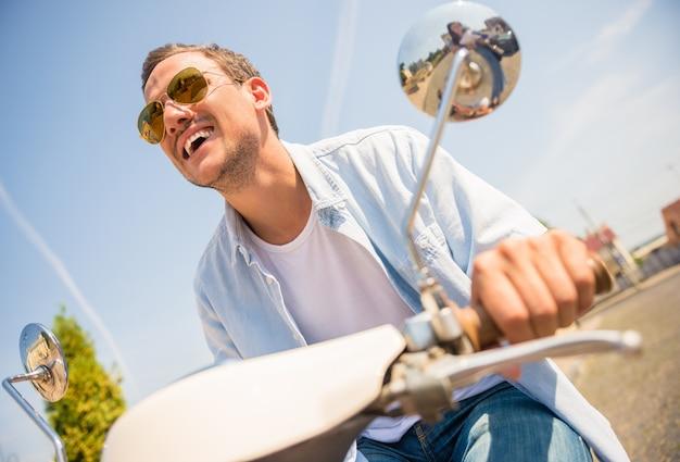 Niskiego kąta widok przystojny młody człowiek w okularach przeciwsłonecznych.