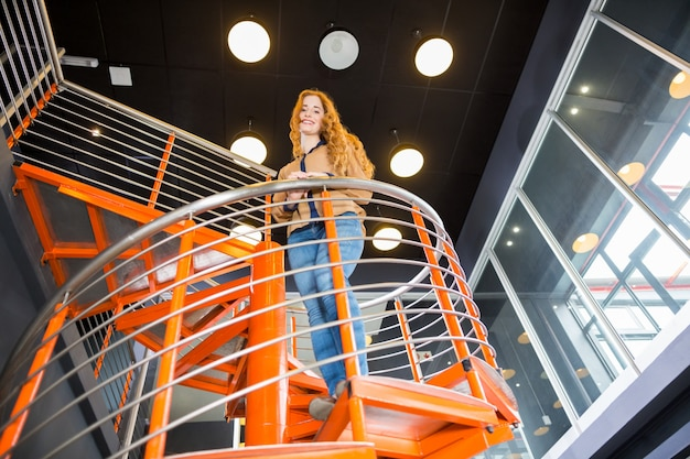 Niskiego kąta widok szczęśliwa żeńska pozycja na schody