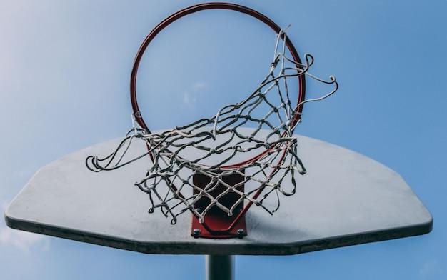Niskiego kąta zbliżenia strzał koszykowy obręcz na backboard