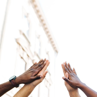 Nisko kątowe ręce międzykulturowe zjednoczone