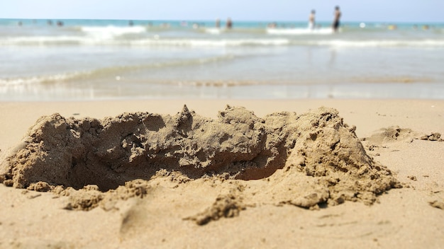 Niszczycielski zamek falowy na piasku nad morzem. wakacje